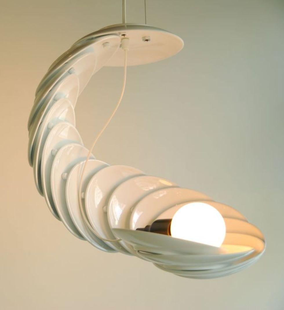 En lampa gjord av tallrikar
