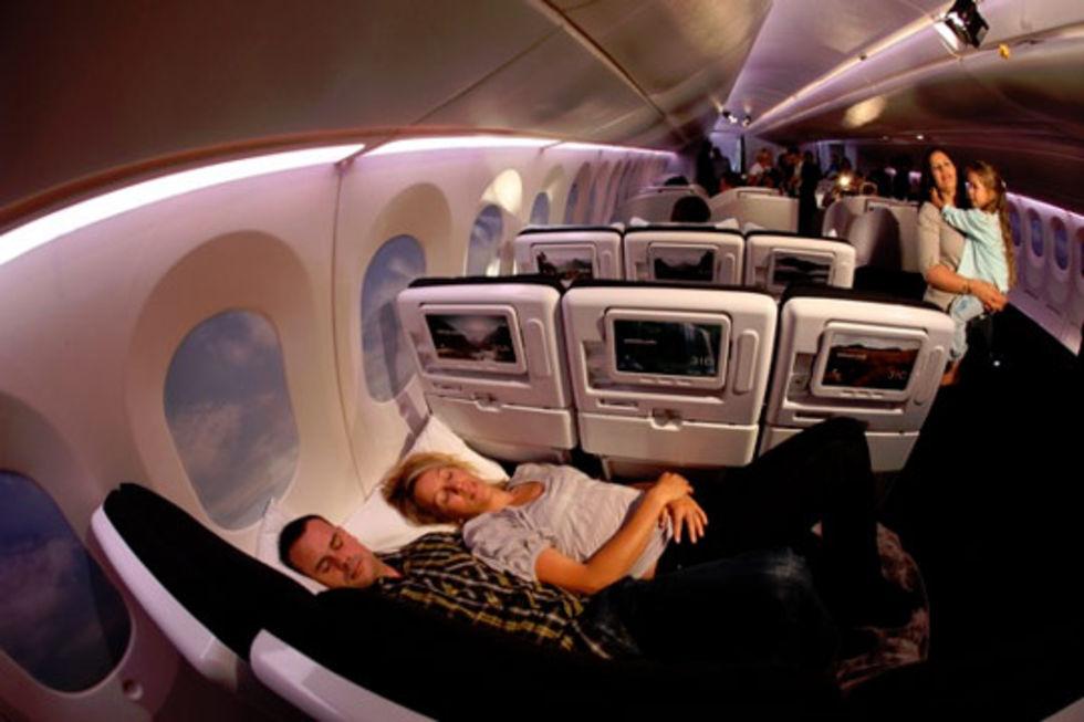 Sovplats i ekonomi-klass på flyget