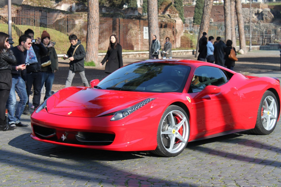Ferrari 458 Italia siktad vid Colosseum