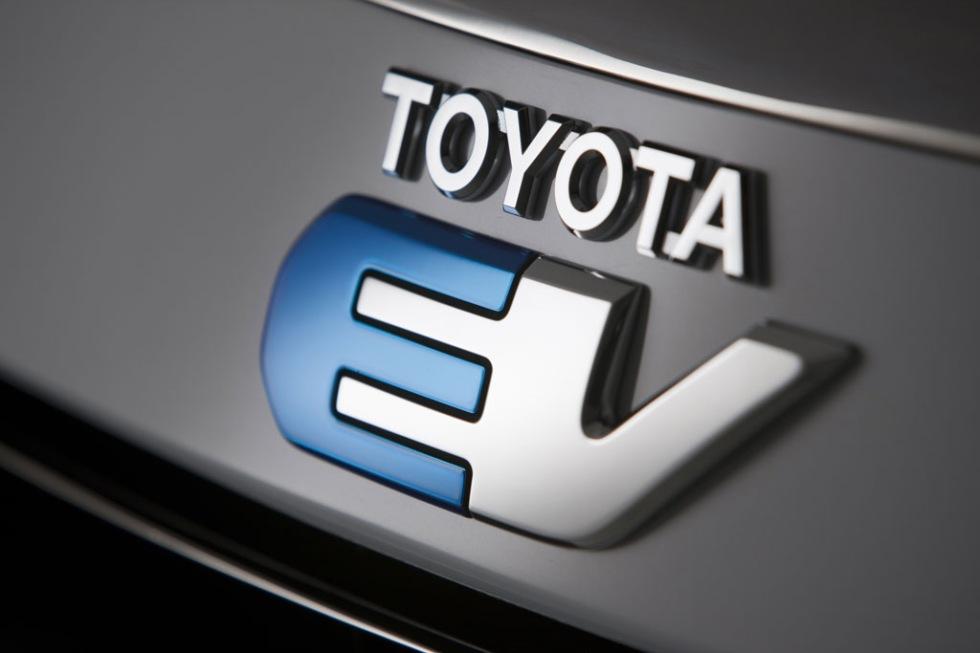 Toyota teasar RAV4 EV
