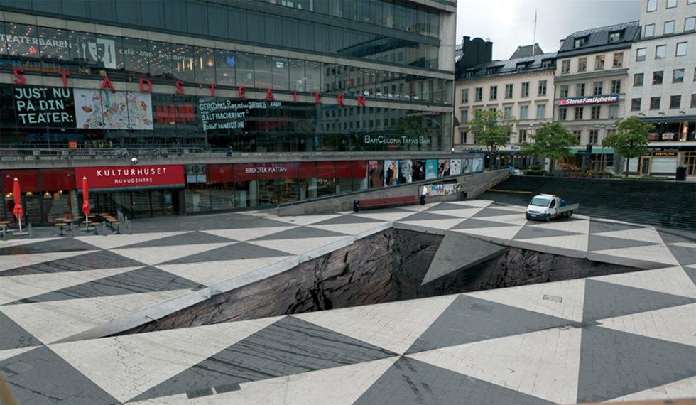 Sergels torg i Stockholm blir en djup avgrund i juni