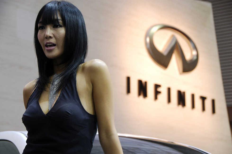 Senaste trenden i Asien - rika kvinnor som köper lyxbilar