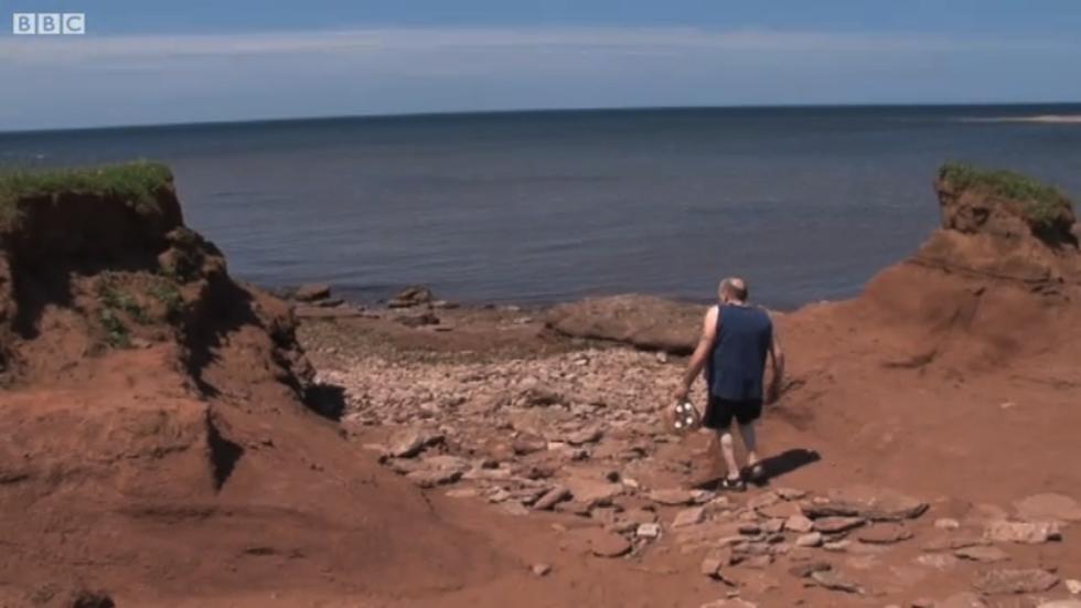 Harold Hackett har slängt 4 800 flaskor i havet
