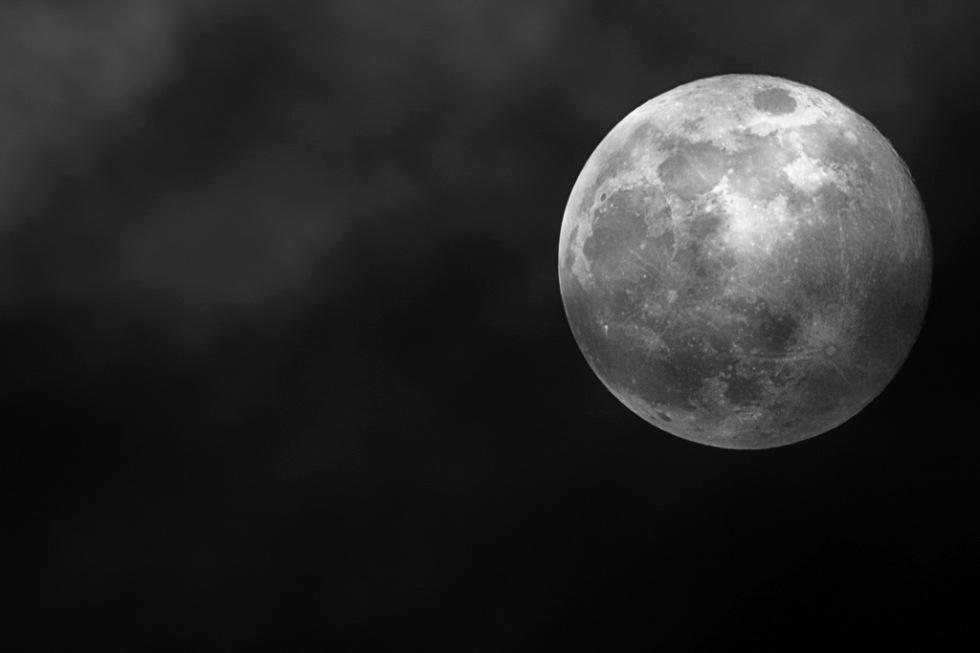 NASA hittar stora mängder is i månkrater
