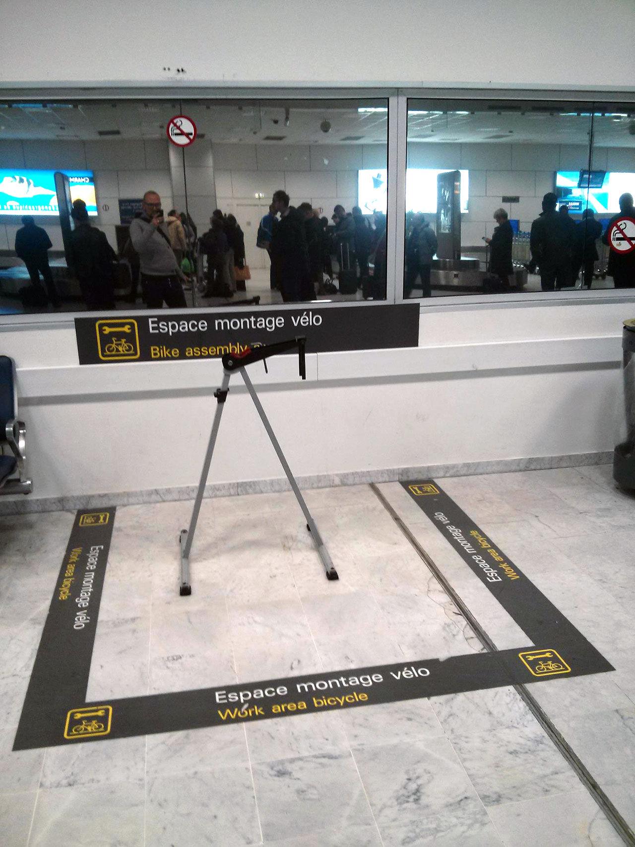 Plocka ihop cykeln på flygplatsen