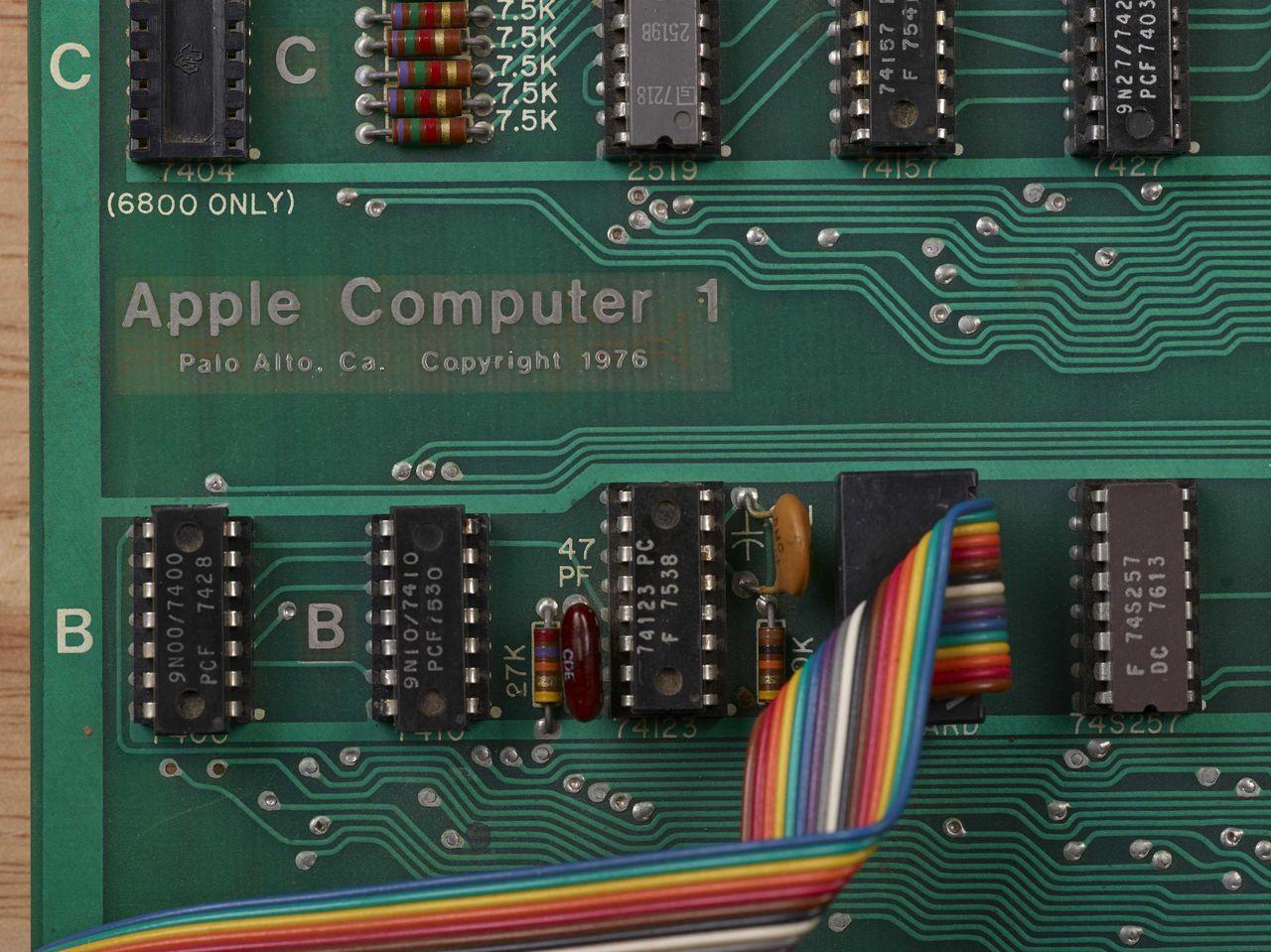 Forsta apple datorn auktioneras ut