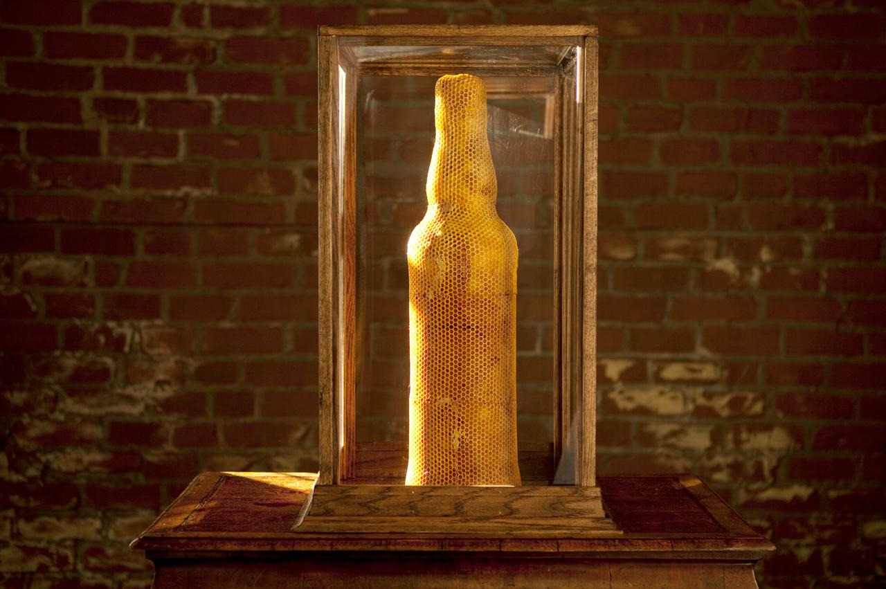 Bikupa i form av en whiskyflaska