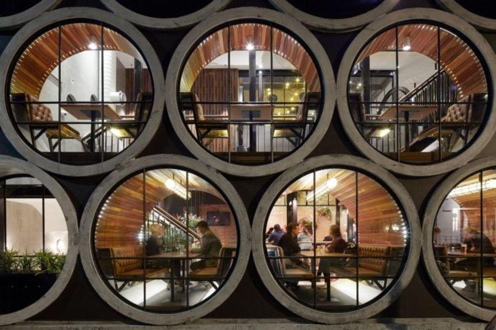 Ät inuti betongrör på restaurang