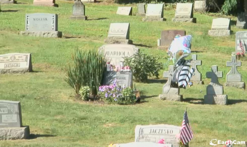 Ta en titt på Andy Warhols grav