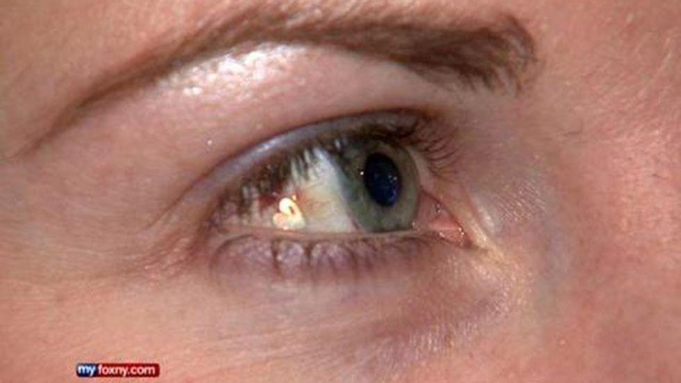 Kvinna implanterar bild på hjärta i ögat