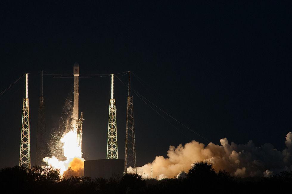 SpaceX skjuter upp sin första satellit