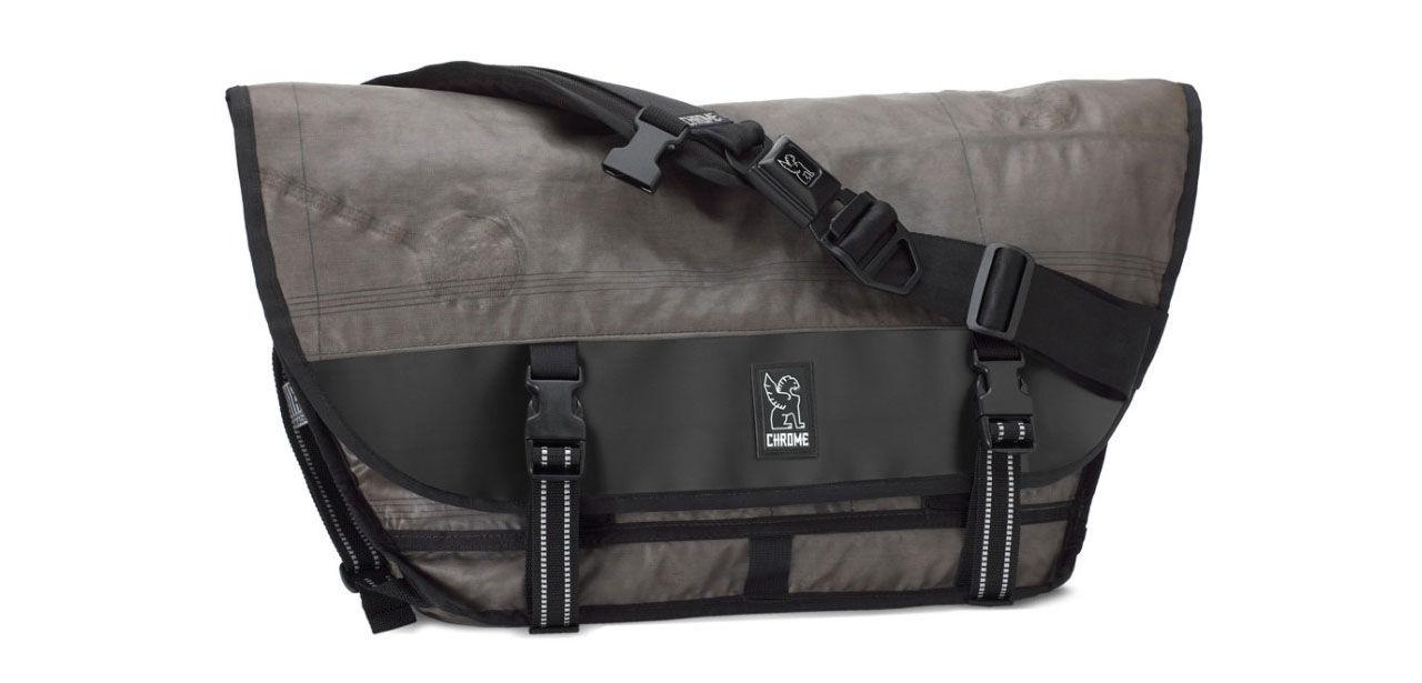 Väskor tillverkade av gamla airbags