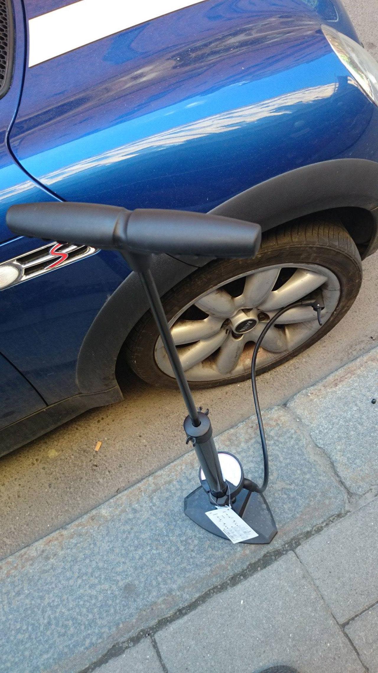Pumpa bilen med cykelpumpen