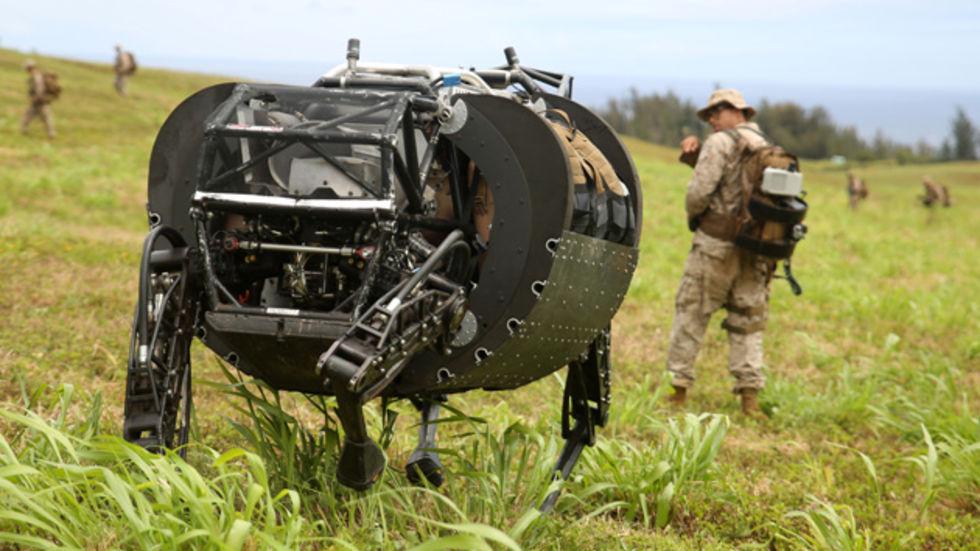 Robothund testad ute på simulerad slagfält