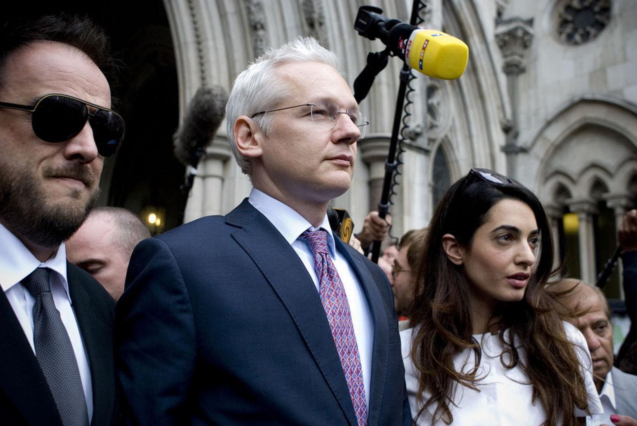 Svenska åklagare åker till London för att förhöra Julian Assange