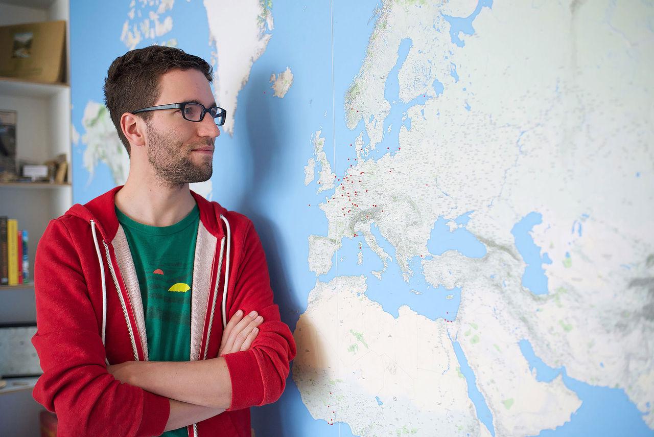 Dominik fyllde väggen med världskartan