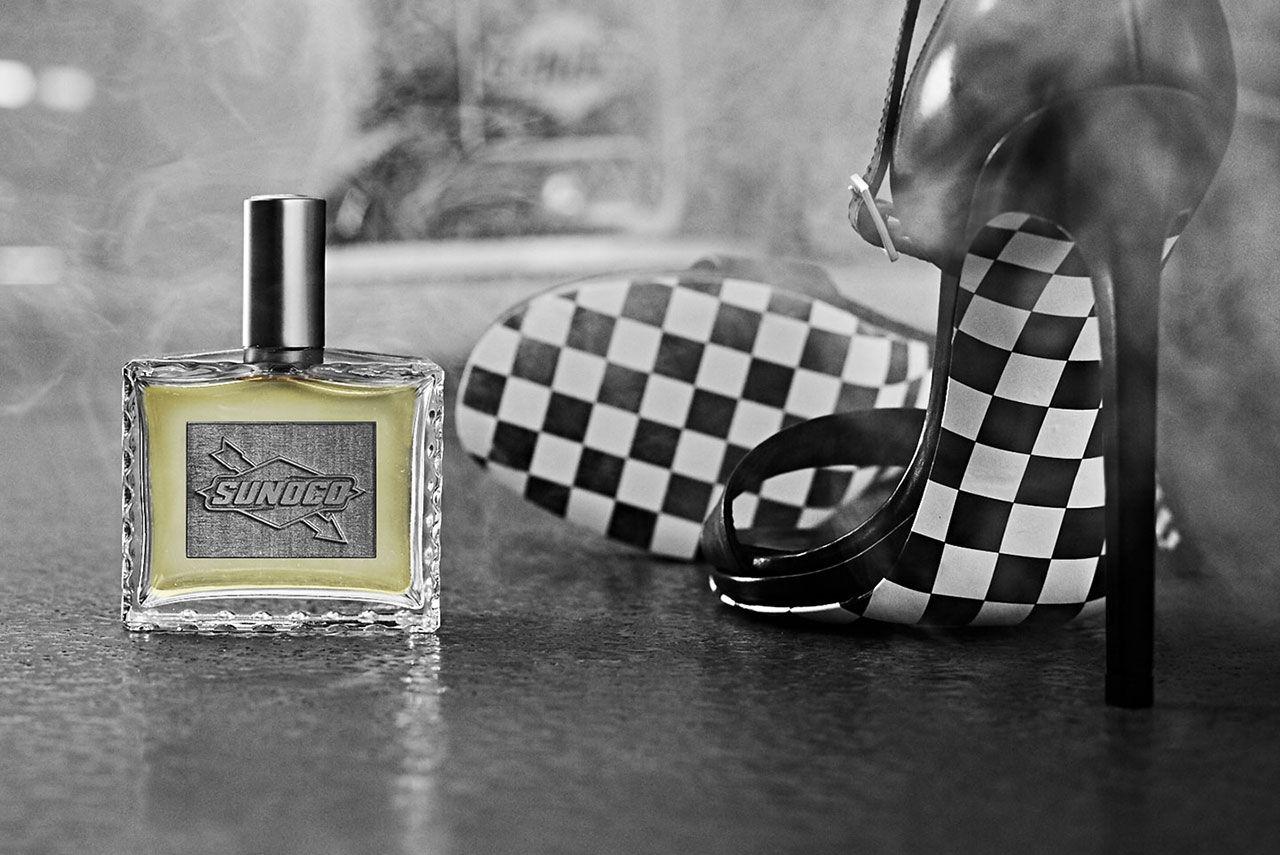 Parfymen som doftar bränt gummi