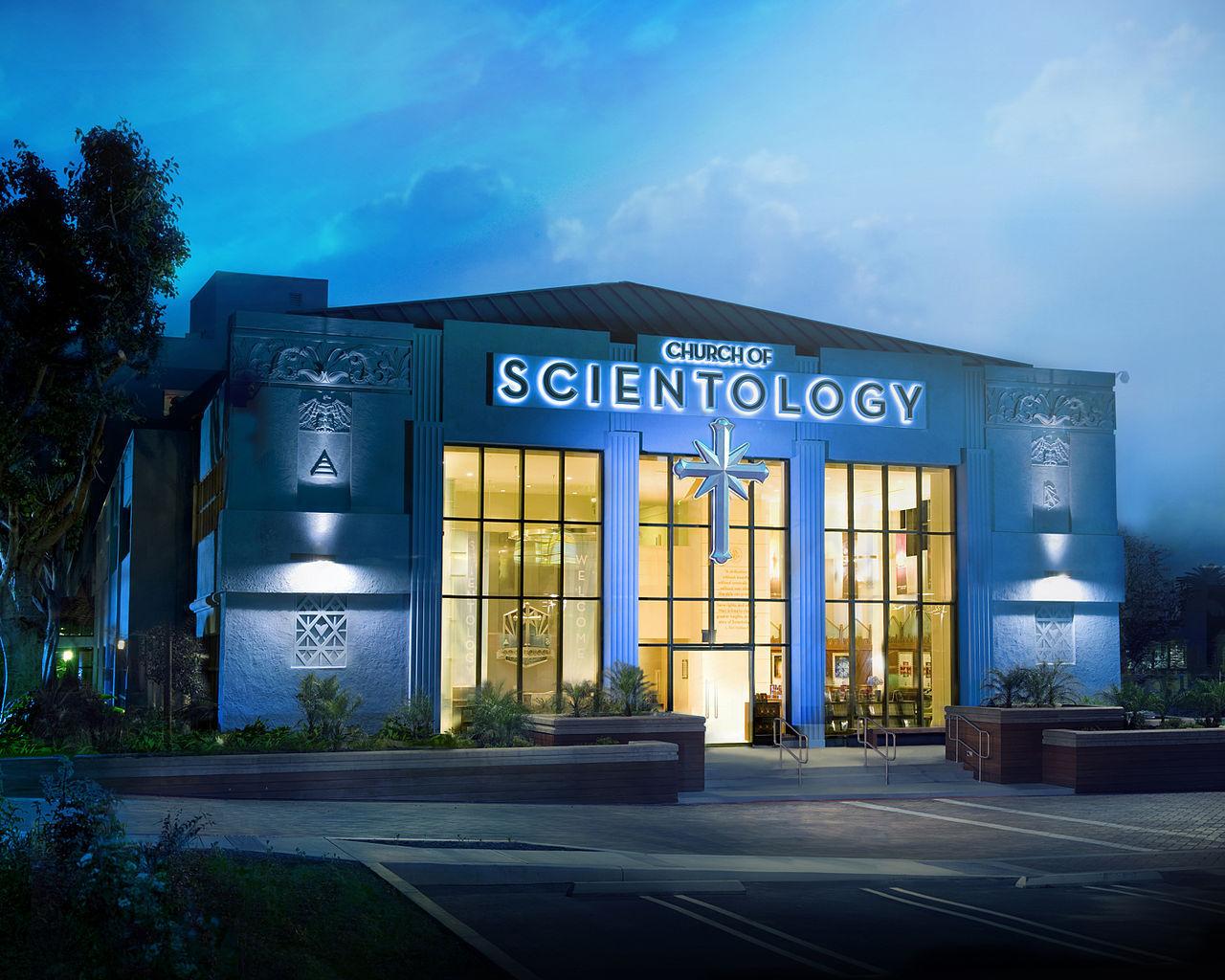 Någon försöker sprida den hemliga scientologibibeln igen
