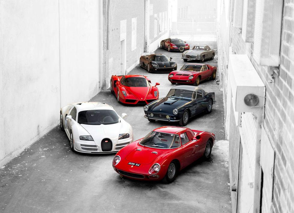 Galen samling med bilar under klubban