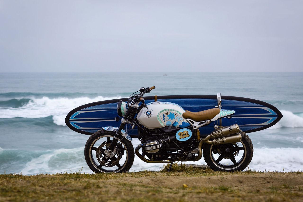 BMW visar motorcykel med hållare för surfbrädan