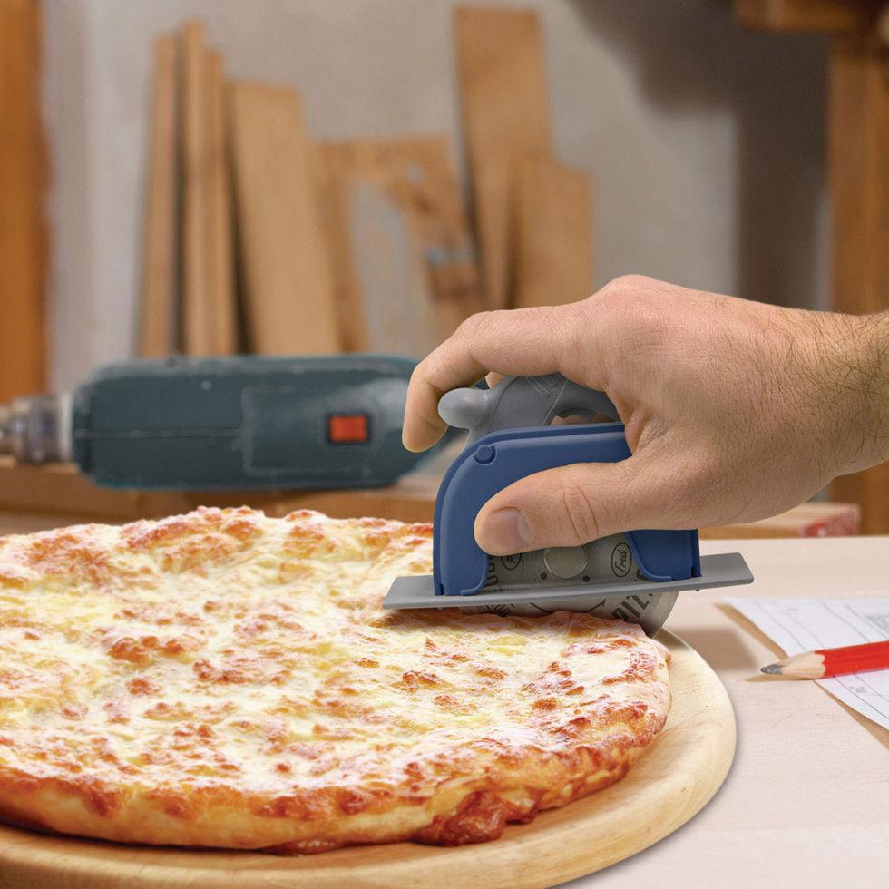 Skär pizzan med cirkelsåg