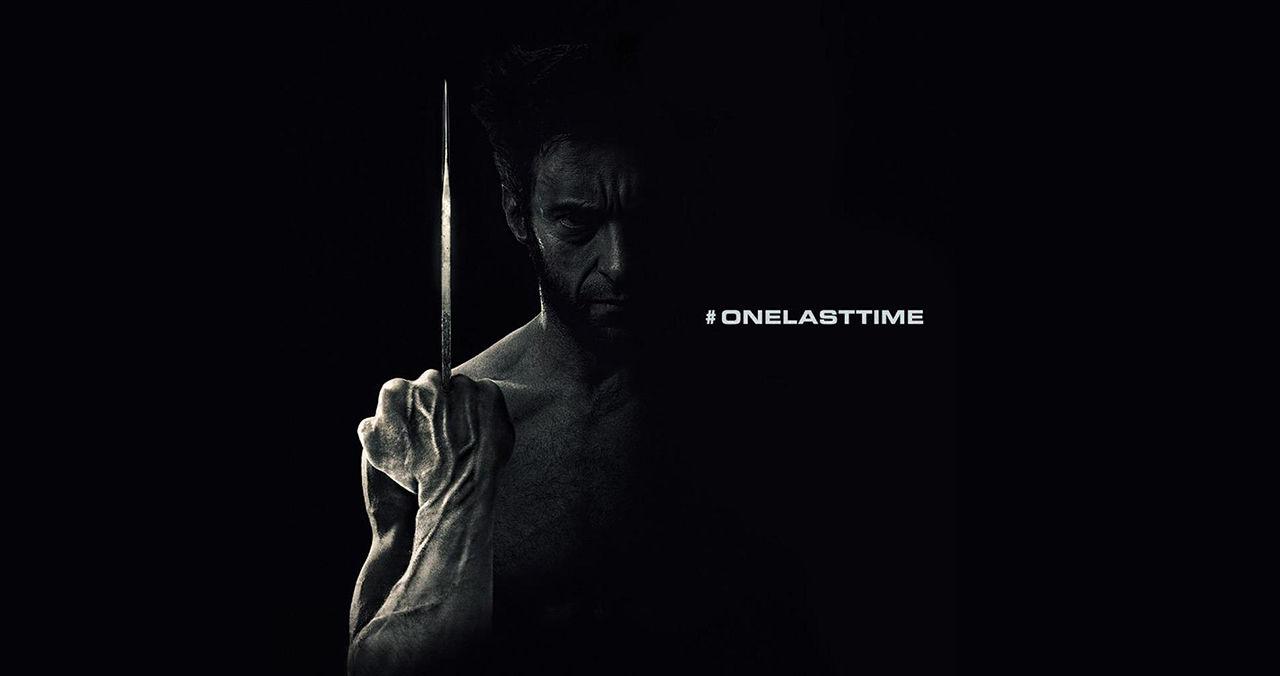 Hugh Jackman visar upp poster för Wolverine
