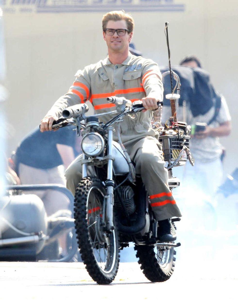 En första titt på Chris Hemsworth i Ghostbusters-kläder
