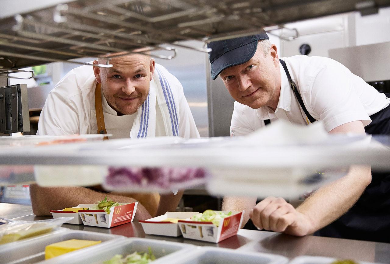 Johan Jureskog hjälper McDonald's med maten