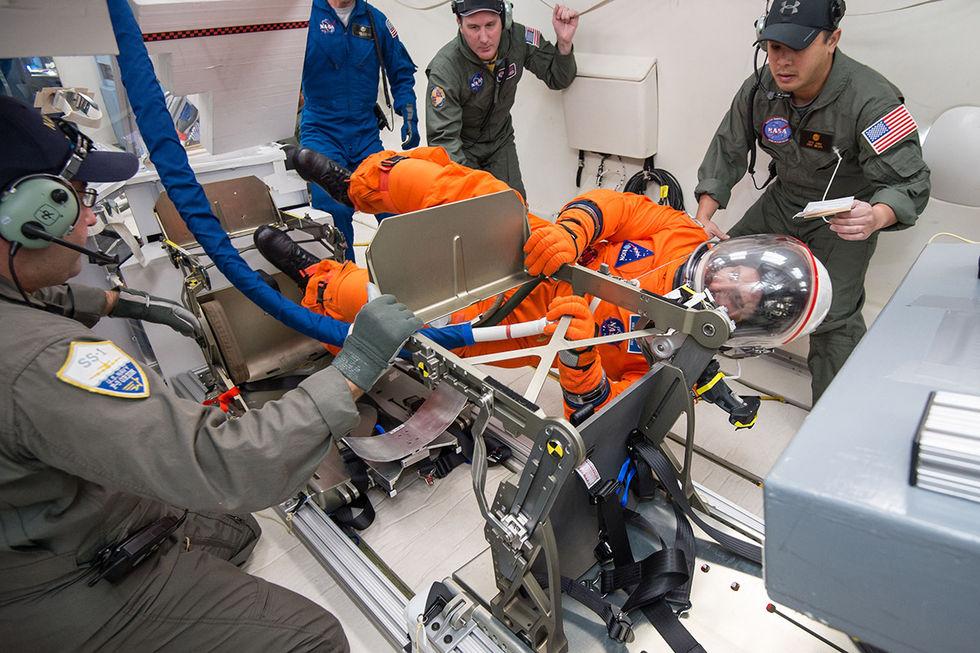 NASA har testat Orionrymddräkten i låg gravitation