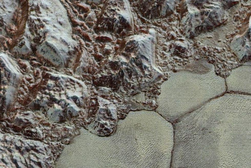 Kolla in närbild på Pluto i färg