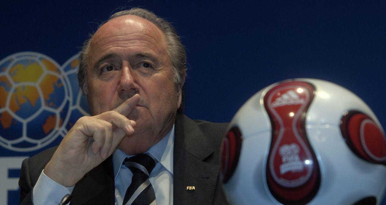 FIFA stänger av Sepp Blatter och Michel Platini från fotbollen