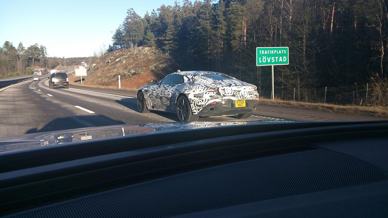 Kamouflerad Aston Martin siktad på E4