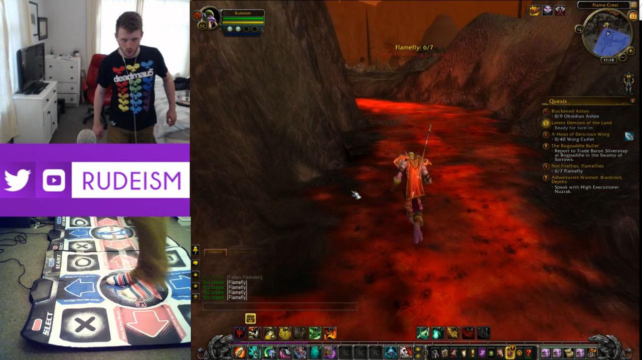Snubbe spelar World of Warcraft med dansmatta
