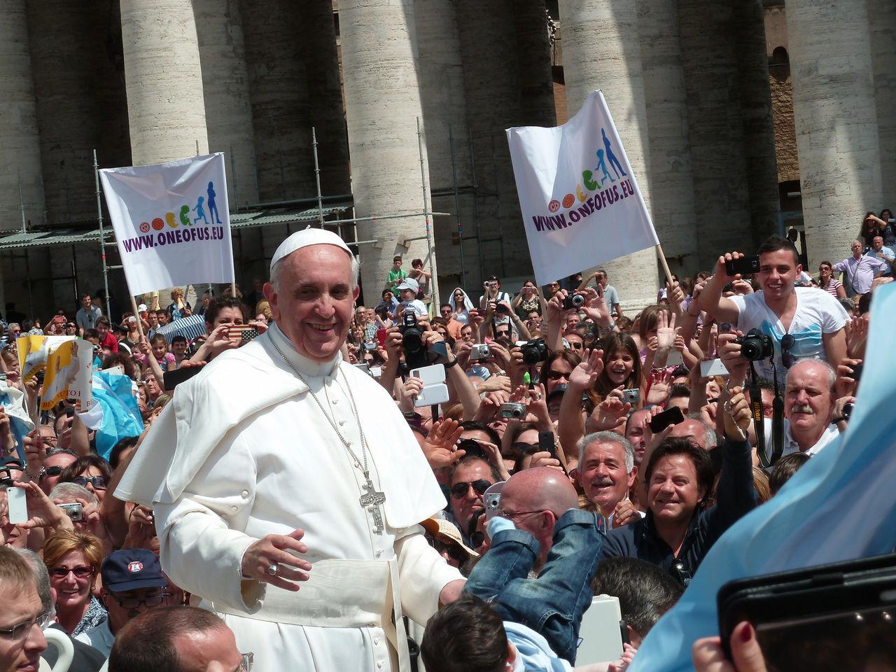 Påven hoppar på Instagram