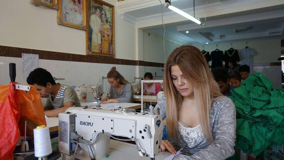 Modebloggare får testa livet som lågavlönad textilarbetare