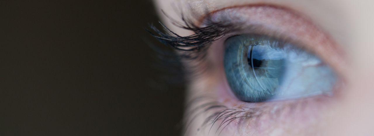kontaktlins bakom ögat