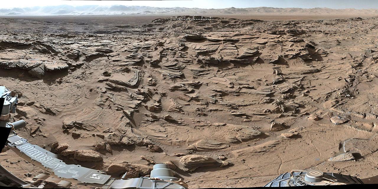 Curiosity skickar bild från Naukluft-platån