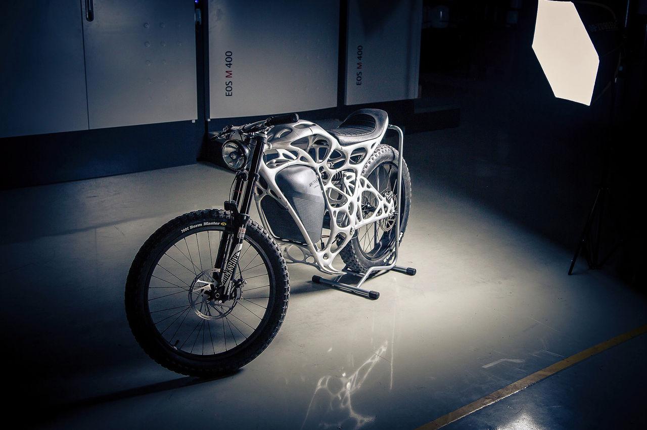 Eldriven motorcykel med 3D-printad ram