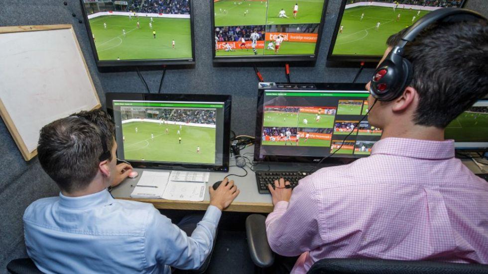 FIFA låter domare titta på repriser vid tveksamma domslut