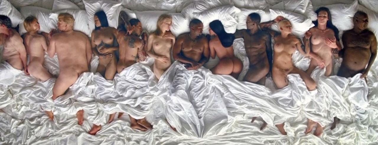 Kanye West näckar i musikvideon för Famous