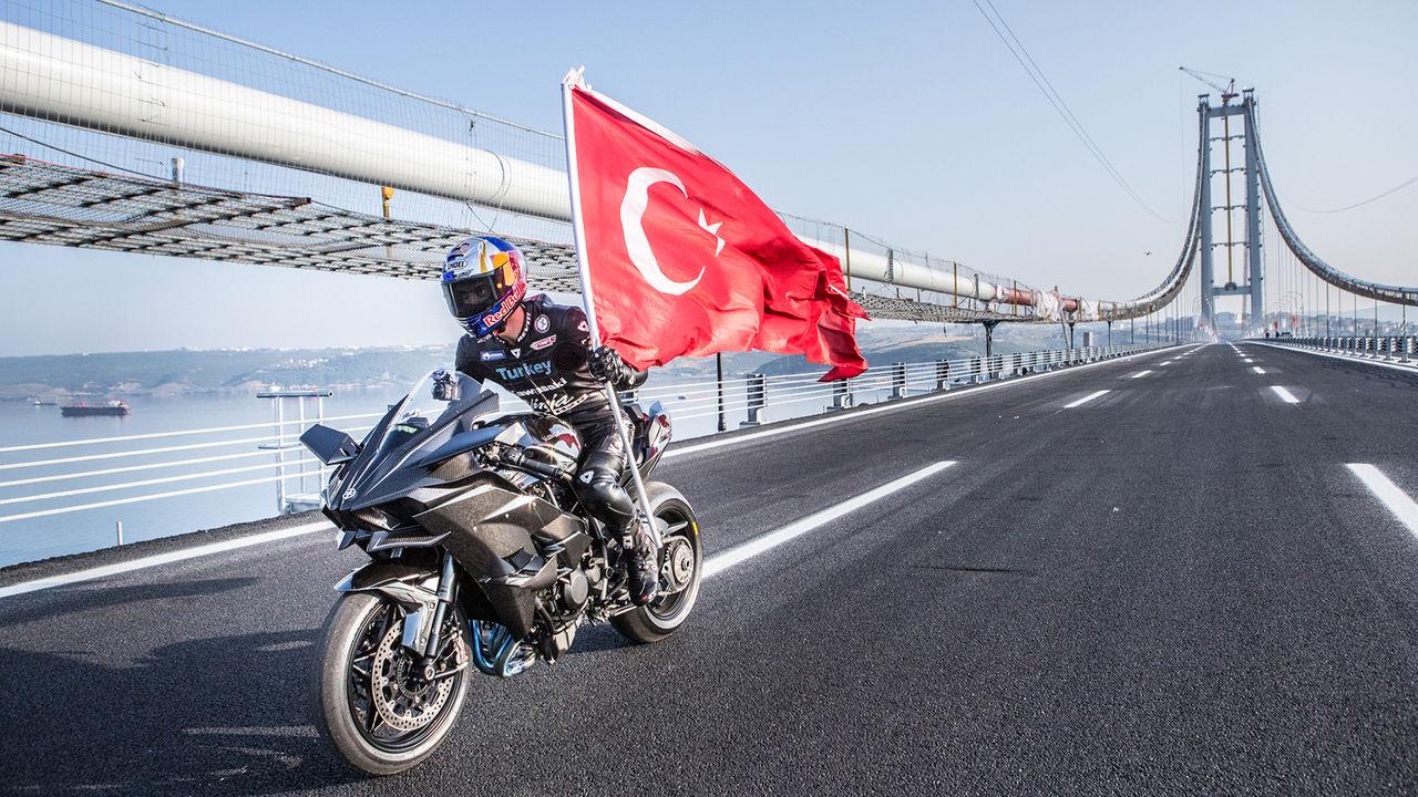 400 km/h med motorcykel över en bro