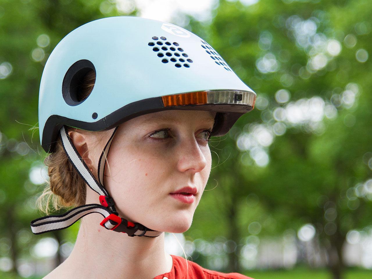Smart cykelhjälm med döda-vinkel-varnare