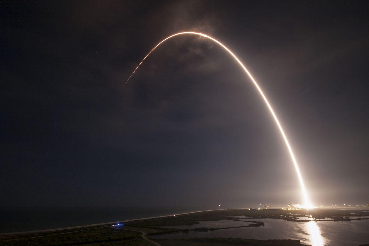 SpaceX lyckas landa till havs med Falcon 9
