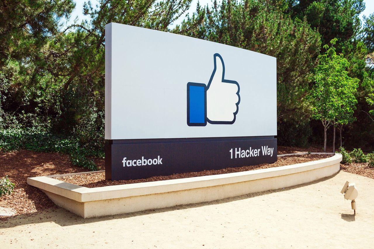 EU sura på Facebook efter Whatsapp-köp