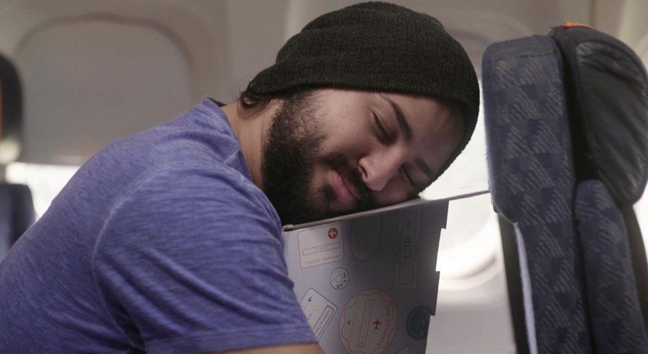 Sov på en kartongbit