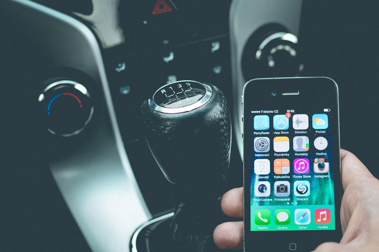 37 procent använder mobilen bakom ratten