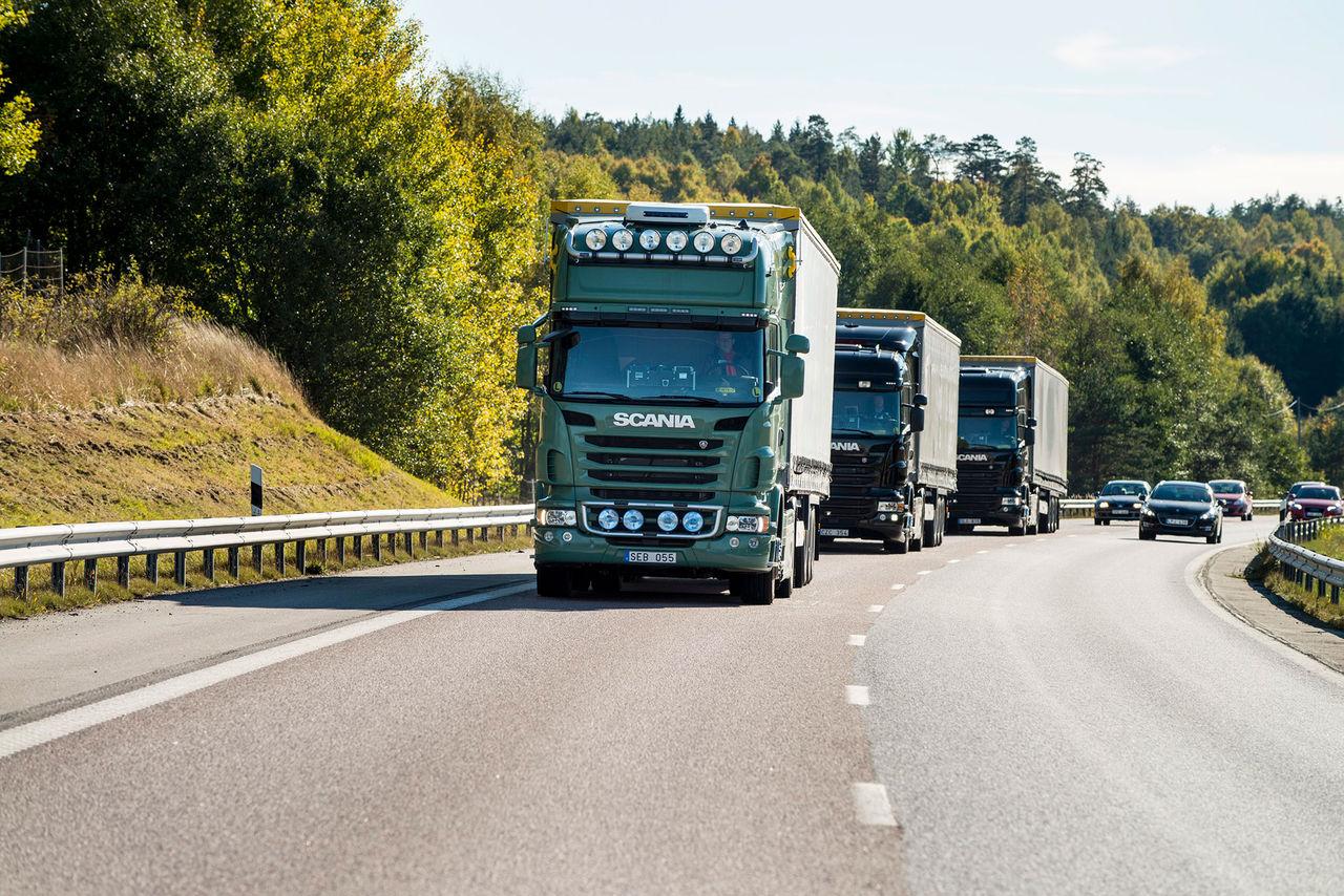 Scania testar självkörande lastbilar i grupp