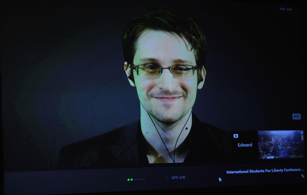 Ryssland låter Snowden stanna i tre år till