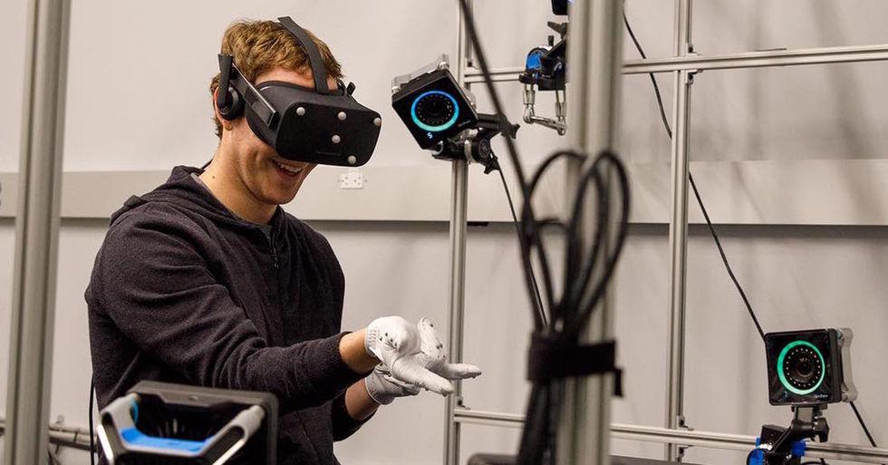 Mark Zuckerberg visar upp VR-handskar till Oculus