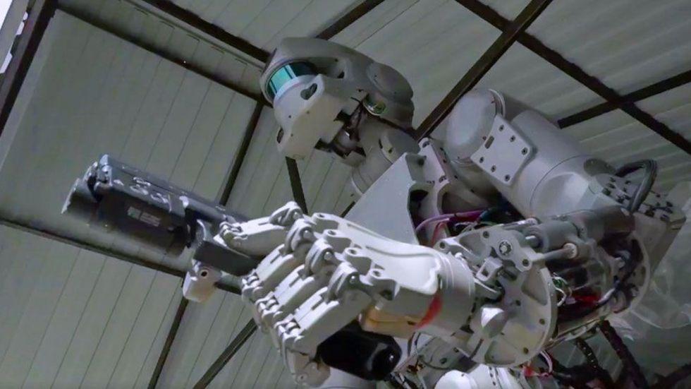 Ryssland visar upp robot som kan skjuta med pistoler